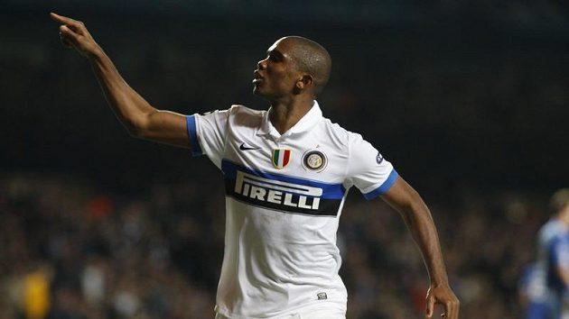 Samuel Eto'o se raduje z gólu, který znamenal vyřazení Chelsea