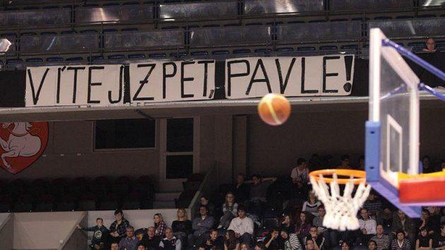 Transparent fanoušků Pardubic vítající Pavla Miloše zpět na palubovku.