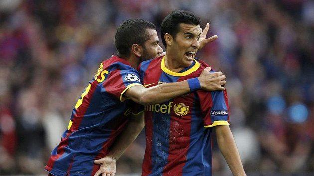 Pedro (vpravo) se s Dani Alvesem raduje ze své trefy proti Manchesteru.