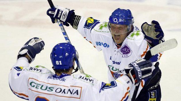 Obránce hokejistů Kladna Milan Toman oslavuje gól se spoluhráčem