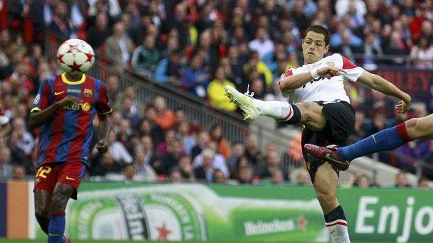 Javier Hernandez pálí na branku Barcelony.
