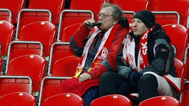 Fanoušci Slavie se občerstvují během utkání s Brnem v mrazivém počasí.