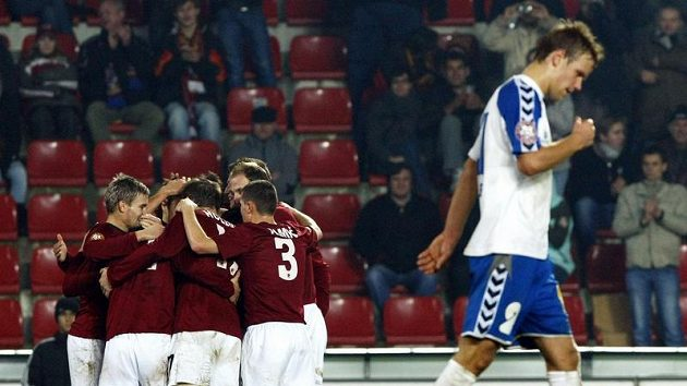 Fotbalisté Sparty oslavují gól proti Liberci