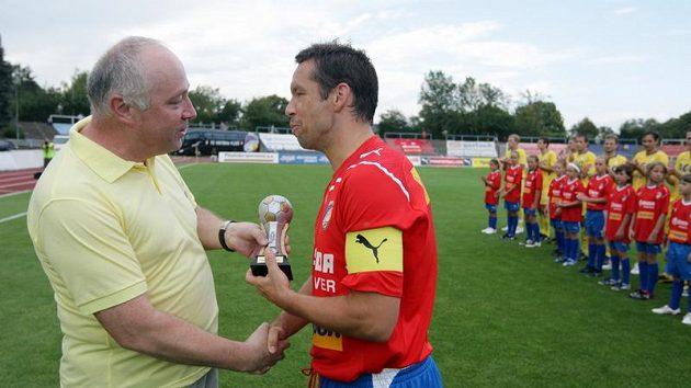 Sportovní novinář Práva Karel Felt (vlevo) předává kapitánovi Plzně Pavlu Horváthovi cenu deníku Právo.