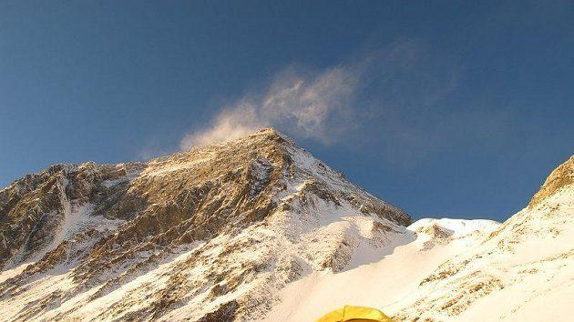 Vrchol Mount Everestu v krásném počasí. Pohled ze západní kotliny (West Cwm), vpravo nad stanem Jižní sedlo.