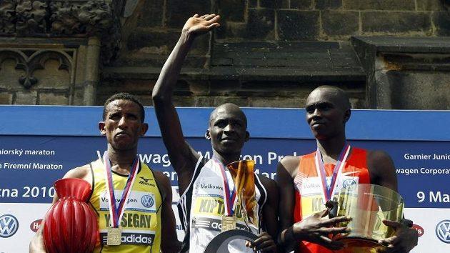 Keňan Eliud Kiptanui (uprostřed) se v Praze zařadil do světové maratónské elity. Při vyhlášení vítězů mu asistovali druhý Etiopec Tsegay (vlevo) a třetí Keňan Koech.