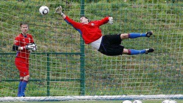 Brankář Jan Hanuš předvádí efektní let vzduchem.