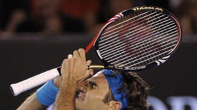 Roger Federer se raduje z celkového vítězství na Australian Open