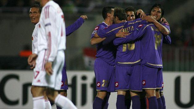 Fotbalisté Fiorentiny se radují z branky do sítě Debrecínu.