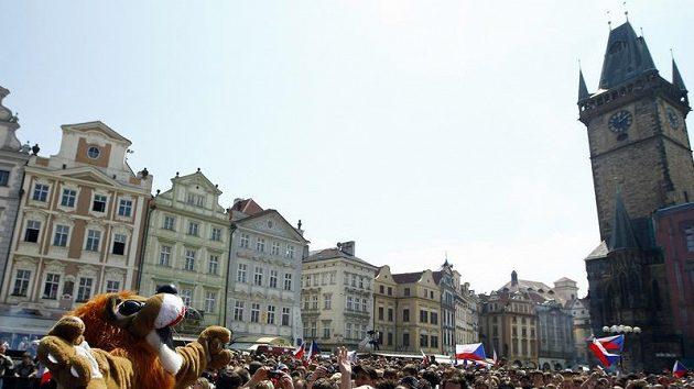 Hokejoví fanoušci na Staroměstském náměstí v Praze