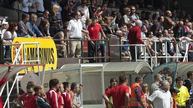 Žižkovský trenér Ščasný (v čepičce) na tribuně během utkání s Kladnem.