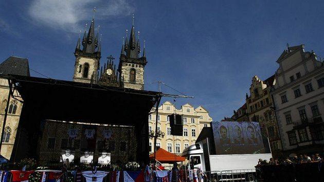 Pietní akt na Staroměstském náměstí, kam se přišli lidé rozloučit se zesnulými českými hokejisty.