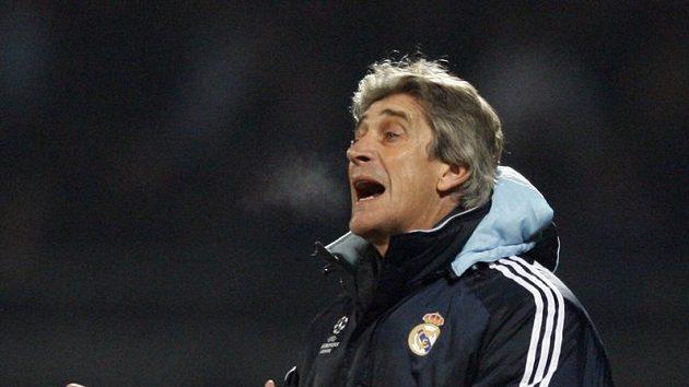 Kouč Realu Madrid Manuel Pellegrini gestikuluje během utkání v Lyonu.