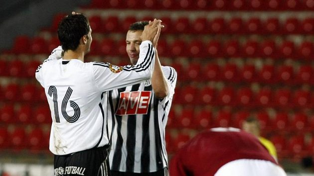Budějovičtí fotbalisté se radují ze zisku bodu na hřišti Sparty
