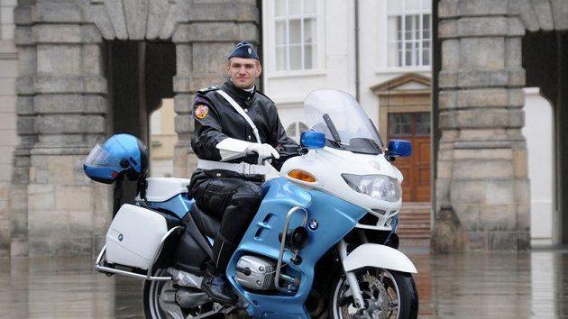 Veslař Ondřej Synek jako člen motorizované jednotky Hradní stráže.