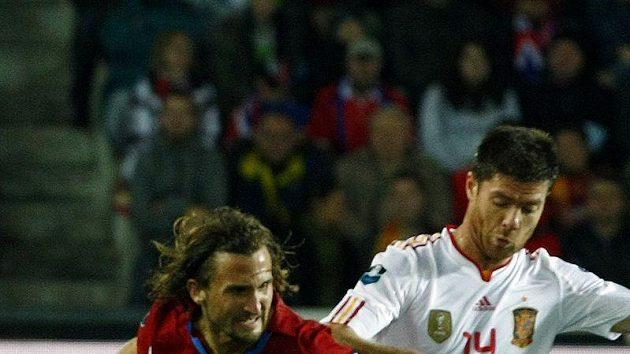 Španěl Xabi Alonso (vpravo) v souboji s Petrem Jiráčkem.