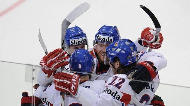 Čeští hokejisté se radují z branky do švédské sítě v semifinále mistrovství světa.