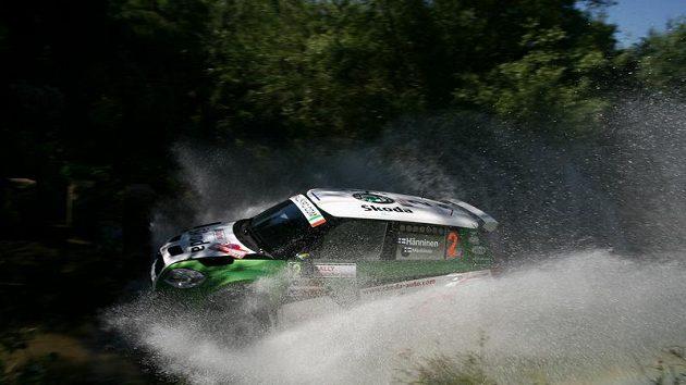 Juho Hänninen s vozem Škoda Fabia S2000 zdolává jeden z brodů při Italské rallye na Sardinii.