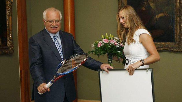 Prezident Václav Klaus s tenisovou raketou od Petry Kvitové