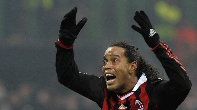 Milánský Ronaldinho prožívá utkání Ligy mistrů s Manchesterem United.