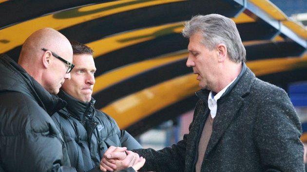Jeden za všechny a všichni za jednoho - kouč Sparty Jozef Chovanec při svém návratu na lavičku s asistentem Janem Kmochem (vlevo) a trenérem Martinem Haškem.