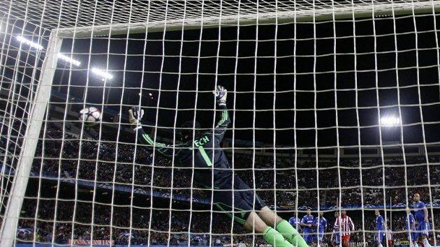 Brankář Chelsea Petr Čech chytá jednu ze střel v utkání s Atlétikem Madrid.