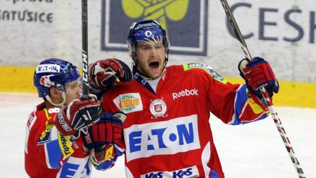 Jiří Cetkovský (vpravo) oslavuje gól v dresu Pardubic