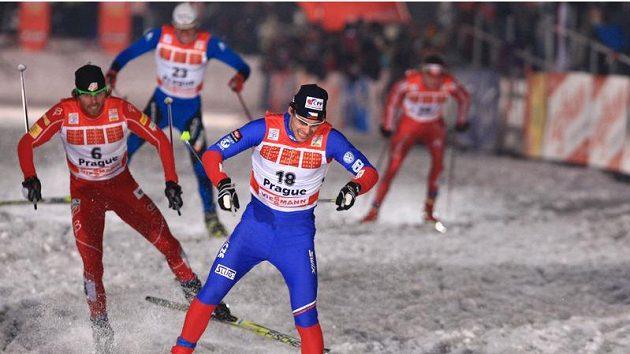 Lyžař Dušan Kožíšek (vpředu) během semifinálového sprintu Tour de Ski v Praze na Strahově