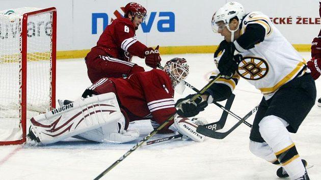 Krejčí z Bostonu před brankářem Thomasem z Phoenixu ve druhém pražském utkání NHL.