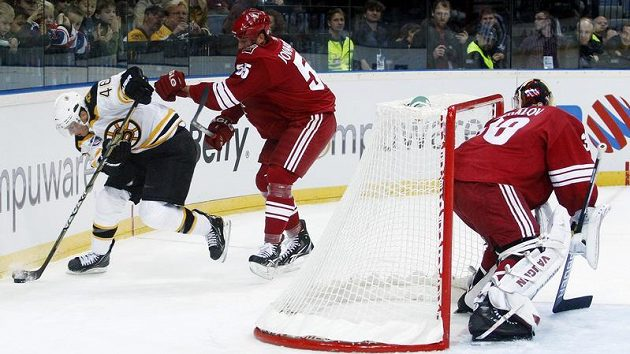 Krejčí z Bostonu (vlevo) v souboji s Jovanovskim z Phoenixu ve druhém pražském utkání NHL.
