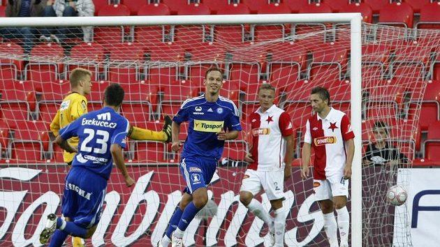 Fotbalisté Olomouce Tomáš Janotka (zády) a Jakub Petr se radují z gólu proti Slavii.