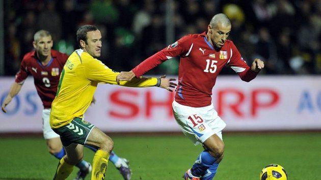 Litevský hráč Marius Stankevičius (vlevo) se snaží zastavit Milana Baroše