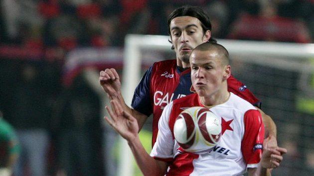 Adam Hloušek ze Slavie (vpředu) si kryje míč před Giuseppe Biavou z Janova.