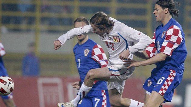 Jaroslav Plašil (v bílém) se snaží prosadit mezi dvojicí chorvatských fotbalistů.
