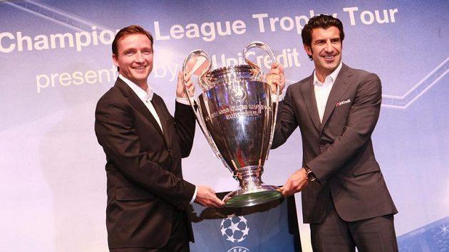 Vladimír Šmicer (vlevo) a Luis Figo s pohárem pro vítěze Ligy mistrů