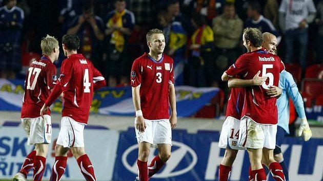 Roman Hubník (vpravo) oslavuje se spoluhráči vstřelený gól v kvalifikačním duelu se Skotskem.