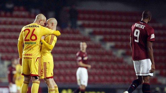Fotbalisté Dukly David Mikula (vlevo) a Pavel Hašek se radují z remízy na Spartě.