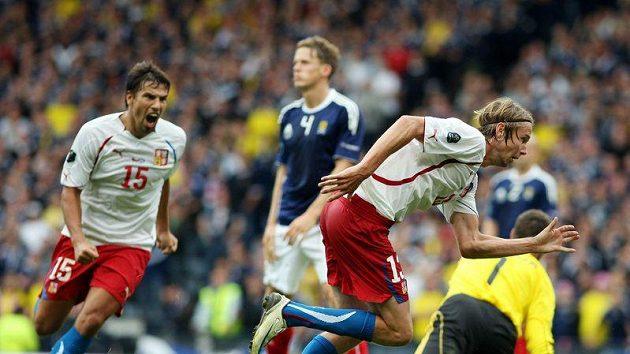 Jaroslav Plašil slaví svůj gól ve Skotsku, stíhá ho radující se Milan Baroš.