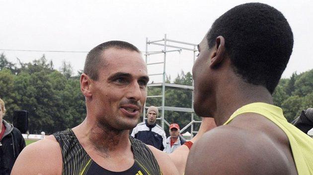 Desetibojař Roman Šebrle (vlevo) se zdraví s vítězem kladenského mítinku Maurice Smithem.