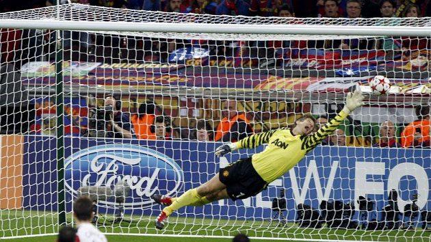Edwin van der Sar plachtí vzduchem marně, proti Villově střele je bezmocný.