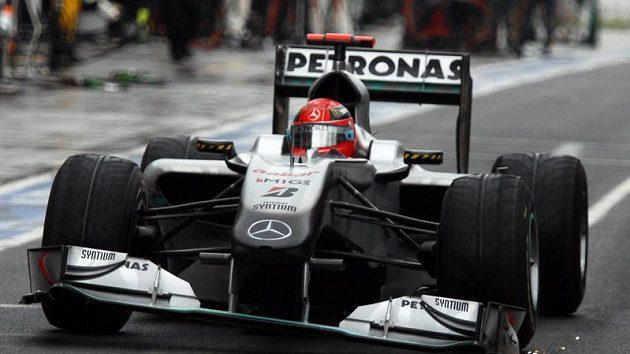 S poškozeným předním křídlem zajíždí Michael Schumacher v prvním kole Velké ceny Austrálie do boxů. Když se vrátil na trať, zařadil se v poli jezdců kroužících za safety carem na poslední místo.