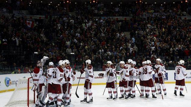 Hokejisté Phoenixu oslavují výhru nad Bostonem.