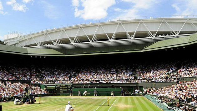 Švýcar Roger Federer (na vzdálenější straně) servíruje proti Andy Roddickovi z USA ve finále Wimbledonu.