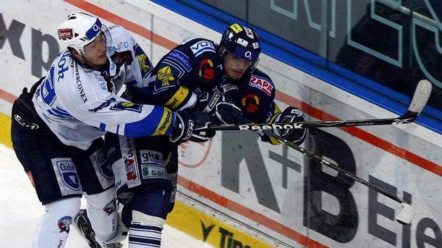 Plzeňský Jan Kovář atakuje Lukáše Dernera z Liberce v pátém utkání čtvrtfinále play-off.