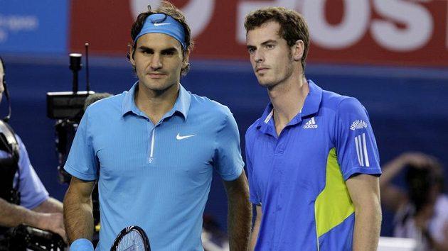 Roger Federer (vlevo) a Andy Murray před finále Australian Open