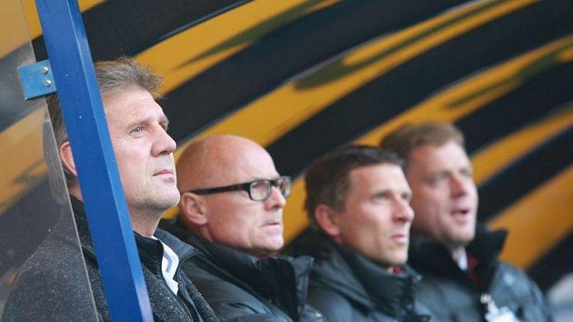 Lavička Sparty - zleva kouč Jozef Chovanec, asistent Jan Kmoch, trenér Martin Hašek a vedoucí týmu David Simon.