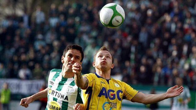 V souboji o vysoký míč se střetli vršovický stoper Lukáš a teplický forward Vondráček.