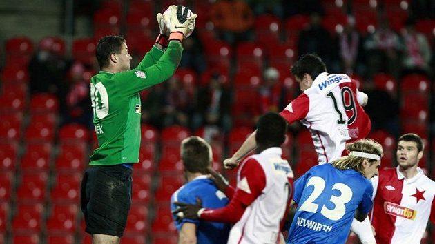 Brankář Michal Daněk likviduje ošemetnou situaci před brankou Baníku v utkání 16. kola Gambrinus ligy proti Slavii.
