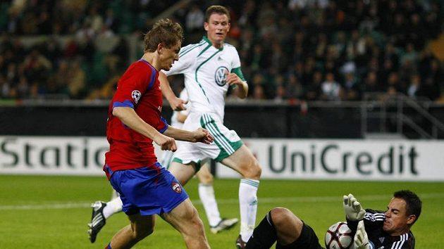 Tomáš Necid v dresu CSKA Moskva se snaží překonat brankáře Wolfsburgu Diega Benaglia.