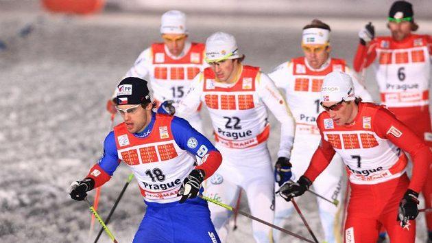 Dušan Kožíšek (vpředu) během finálové jízdy sprintu Tour de Ski v Praze na Strahově